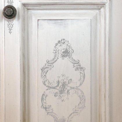 un tampon IOD sur la porte d'un meuble repeint